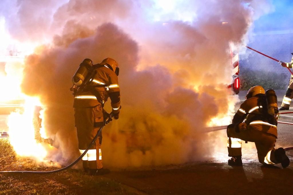 Autobrand in Treubstraat. (Foto: Gabor Heeres / Foto Mallo) Foto: Gabor Heeres © Kliknieuws Oss