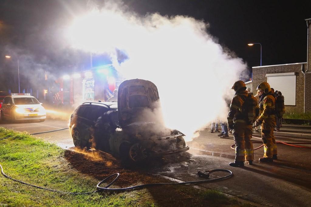 Autobrand in Treubstraat. (Foto: Gabor Heeres / Foto Mallo)  © Kliknieuws Oss