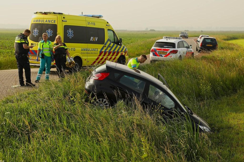 Auto van de weg geraakt in Maren-Kessel. (Foto: Gabor Heeres / Foto Mallo)  © Kliknieuws Oss