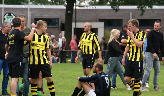 Vreugde bij de spelers van VIOS'38. Daan Klievink (9) van HBV baalt. (foto: Jeff Meijs/Voetbal-shoot.nl)
