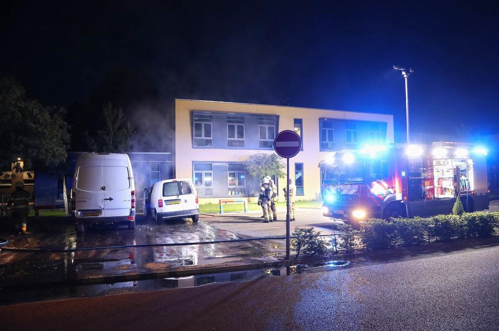 Bestelbusjes in brand in de Verdistraat. (Foto: Gabor Heeres / Foto Mallo)  © Kliknieuws Oss