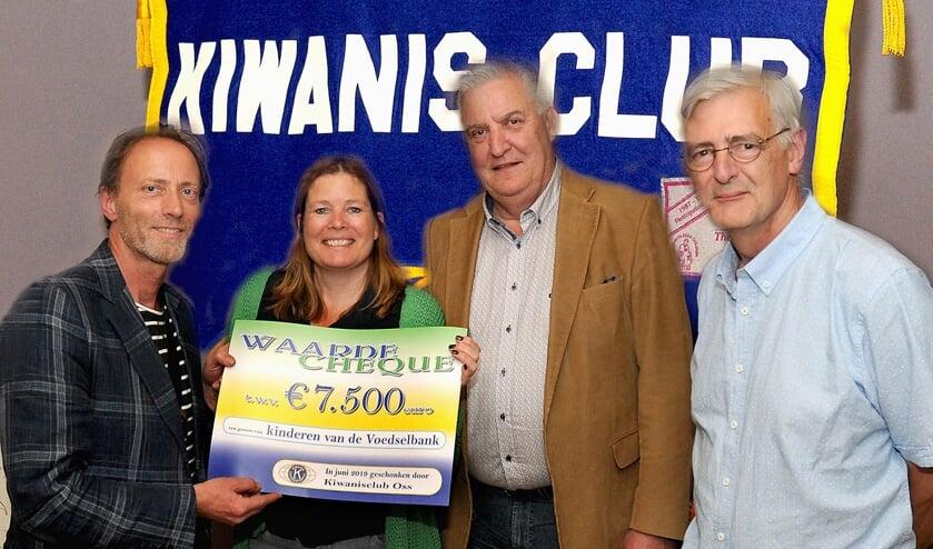 Voorzitter Stefan Prinssen van Kiwanis Club Oss, rechts het bestuur van de Voedselbank in Oss.