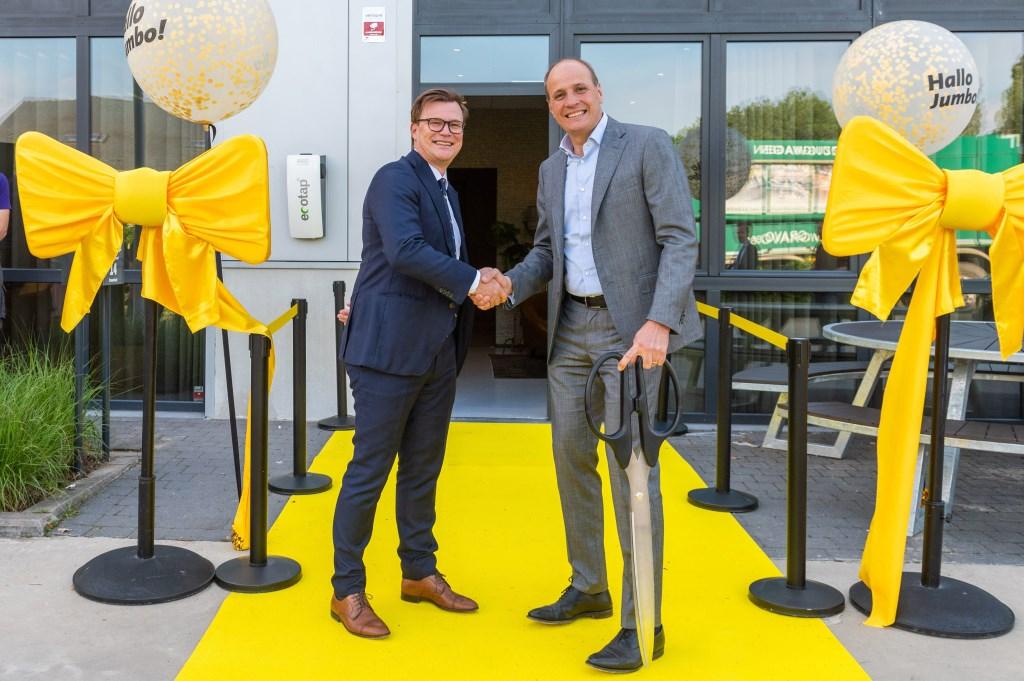 CEO Frits van Eerd (rechts) en managing director Peter Isaac voor het zojuist geopende Jumbo kantoor in Brasschaat. Foto: Stephan Tellier © Kliknieuws Veghel