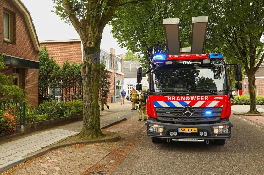Brand ontstaan bij dakwerkzaamheden in Floraliastraat. (Foto: Gabor Heeres / Foto Mallo)