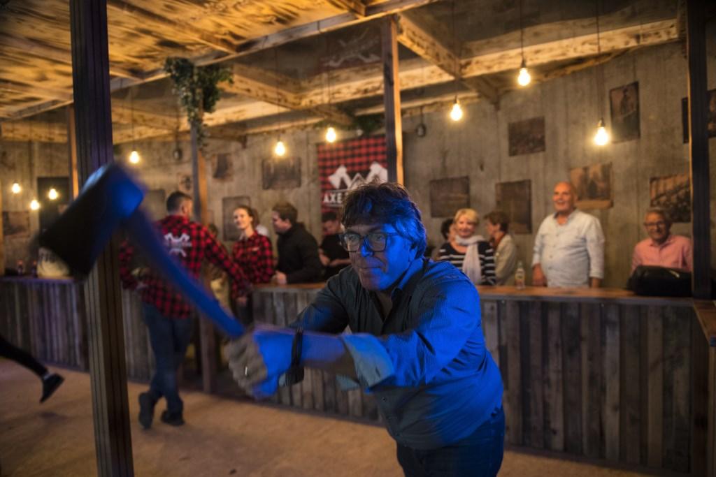 De eerste fanatiekelingen hebben de Axe Throwing baan al mogen uittesten.  Foto: Jan_Ebbenn © Kliknieuws Veghel