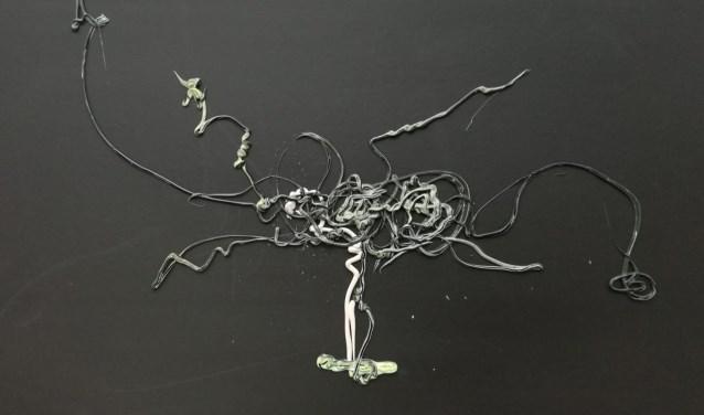 Mariëlle Smits met een kunstwerk van acrylverf op karton.