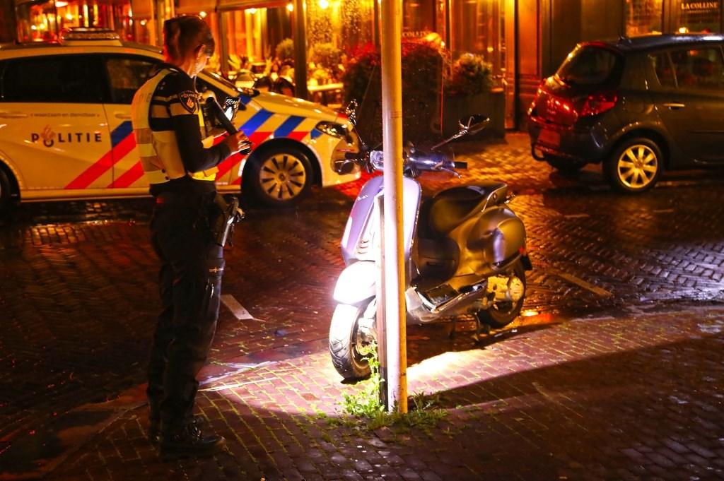 Scooter op de Burgwal. (Foto: Gabor Heeres / Foto Mallo)