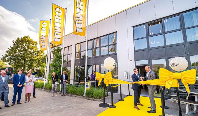 CEO Frits van Eerd en managing director Peter Isaac openen het Jumbo kantoor in Brasschaat door het lint door te knippen.