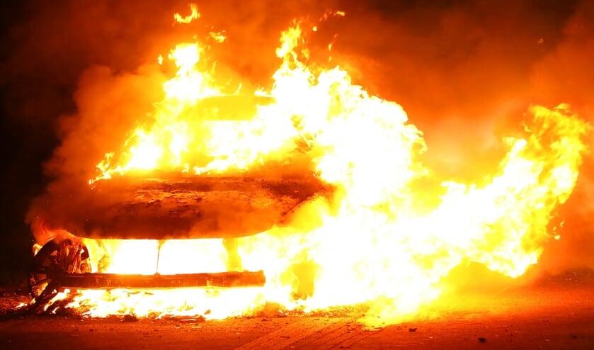 Autobrand in Treubstraat. (Foto: Gabor Heeres / Foto Mallo)