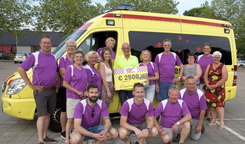 Stichting Berghem tegen Kanker reikt een cheque uit aan WensAmbulance Brabant. (Foto: Ad Megens)
