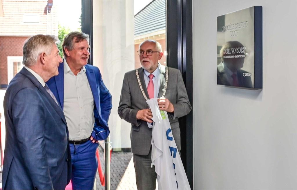 V.l.n.r.: Thijs Hendrix, Antoon van den Berg en burgemeester Karel van Soest bij de plaquette ter gelegenheid van de opening.  © Kliknieuws De Maas Driehoek