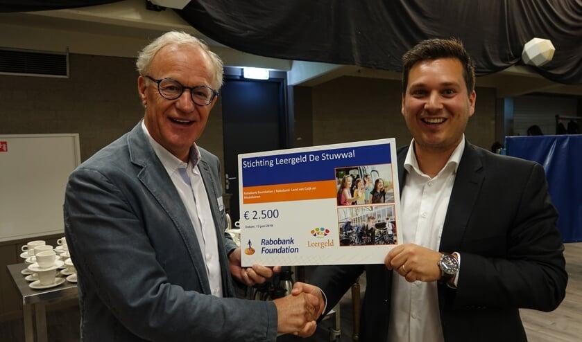 Manager Frank van Dalen van de RABO Foundation overhandigde de cheque aan Hans Stiekema van de Stichting Leergeld.