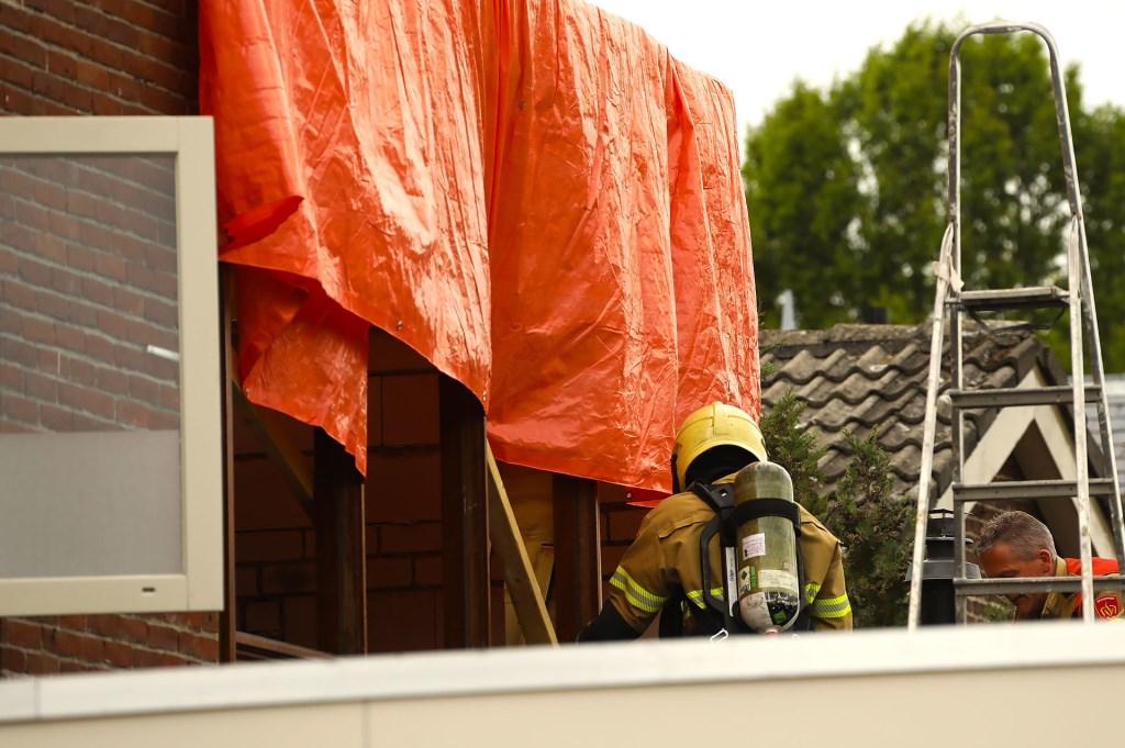 Brand ontstaan bij dakwerkzaamheden in Floraliastraat. (Foto: Gabor Heeres / Foto Mallo)  © Kliknieuws Oss