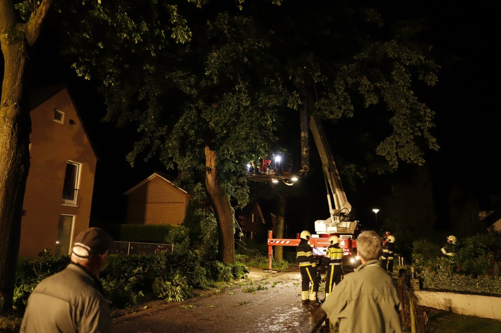 Stormschade in de Kerkstraat in Linden. Foto: SK-Media.nl © 112 Brabantnieuws