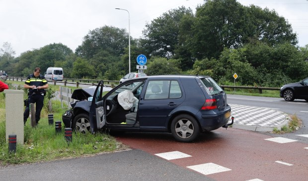Botsing op N264 nabij Maasbrug in Oeffelt: auto's total-loss.