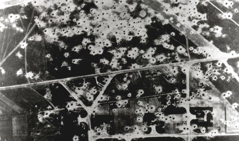 Een luchtfoto van het beschadigde vliegveld met de vele bomkraters. (bron: Heemkundekring Uden)