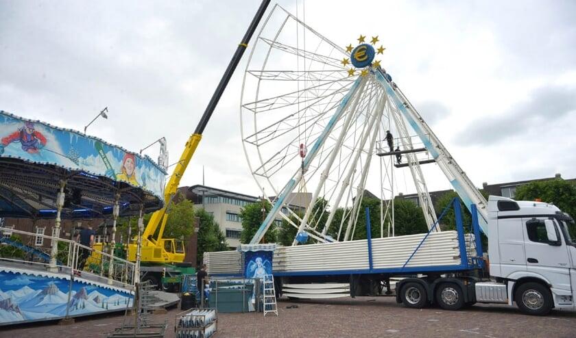 De opbouw van het reuzenrad gisteren (foto: Henk Lunenburg)