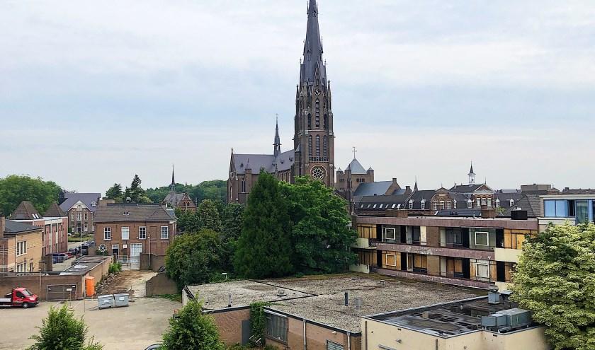 Blik vanaf het balkon. Rechts naast de kerk de verpauperde en dichtgetimmerde appartementen.