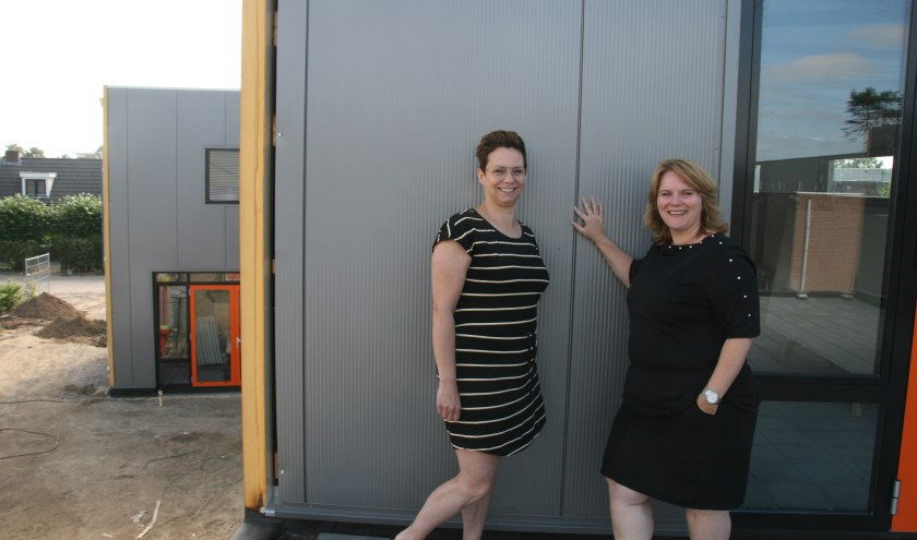 Chantal Spanjaard en Susan van Doren op het dakterras van de nieuwe BSO van Kinderopvang Eerste Klas in Cuijk. 'De nieuwbouw biedt ons veel nieuwe mogelijkheden.'
