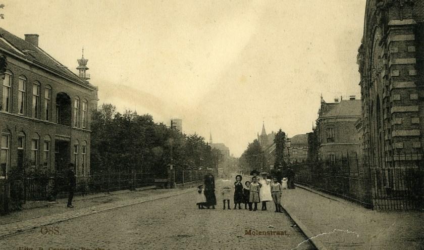 Op deze ansichtkaart uit 1904 staat De Molenstraat in Oss, gezien vanaf de kruising met de Spoorlaan. (Foto: Collectie Stadsarchief Oss)