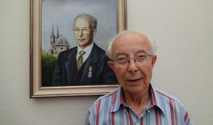 Max naast zijn portret met lintje.