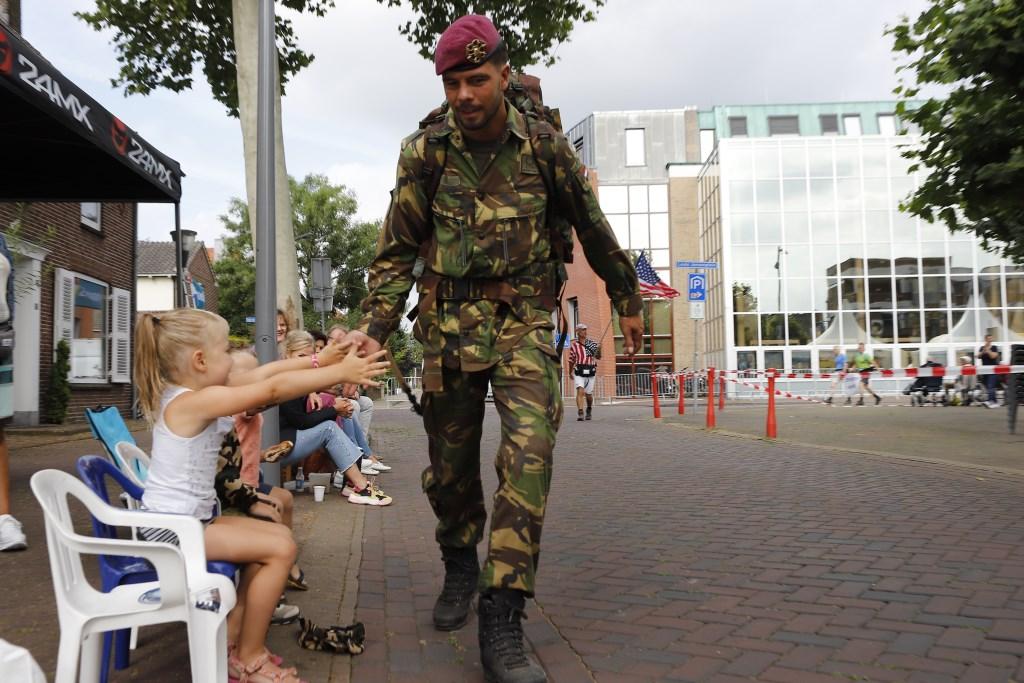 Ook de jongste jeugd geniet elk jaar weer van de doorkomst van de vele militairen uit alle windstreken.  Ten Haaf Fotografie © Kliknieuws De Maas Driehoek