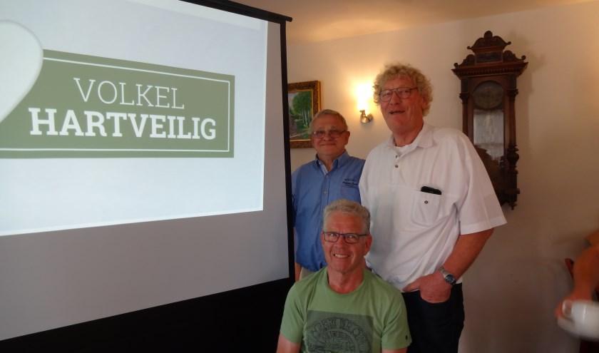 Bestuursleden Peter Pennings en Martin van Hoeij en initiatiefnemer Jan Coppens bij het nieuwe logo (foto: Ankh van Burk)