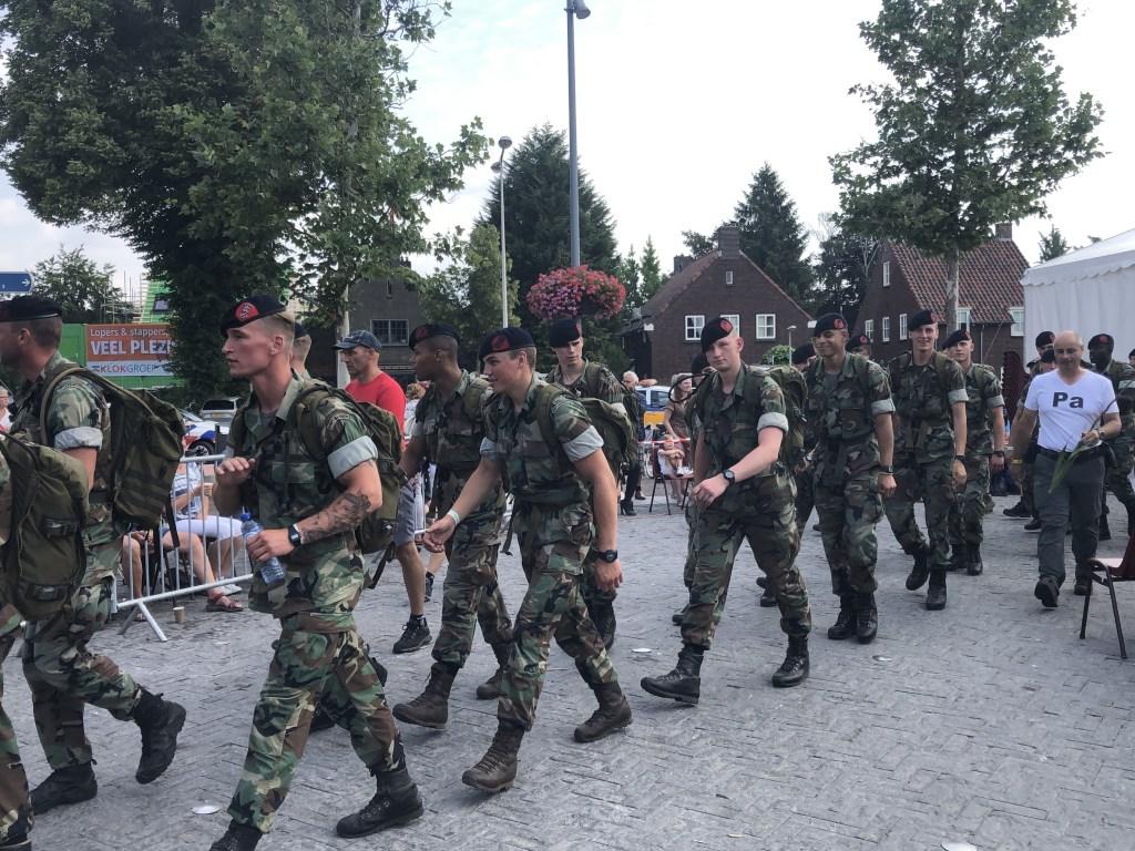 Militairen marcheren door het centrum van Mook, dat de wandelaars op weg naar de Via Gladiola in Nijmegen verwelkomt. Ten Haaf Fotografie © Kliknieuws De Maas Driehoek