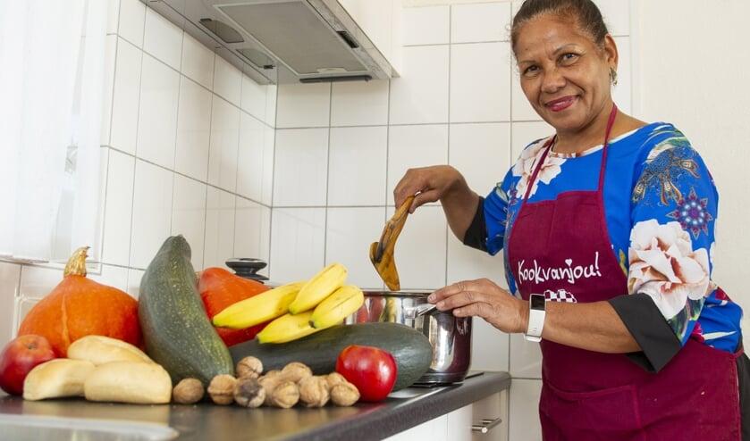 Amalia aan het kokkerellen in haar eigen keuken (foto Ad van de Graaf).
