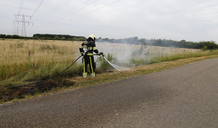 Door aanhoudende hitte en droogte heeft de brandweer vaker te maken met bermbranden.