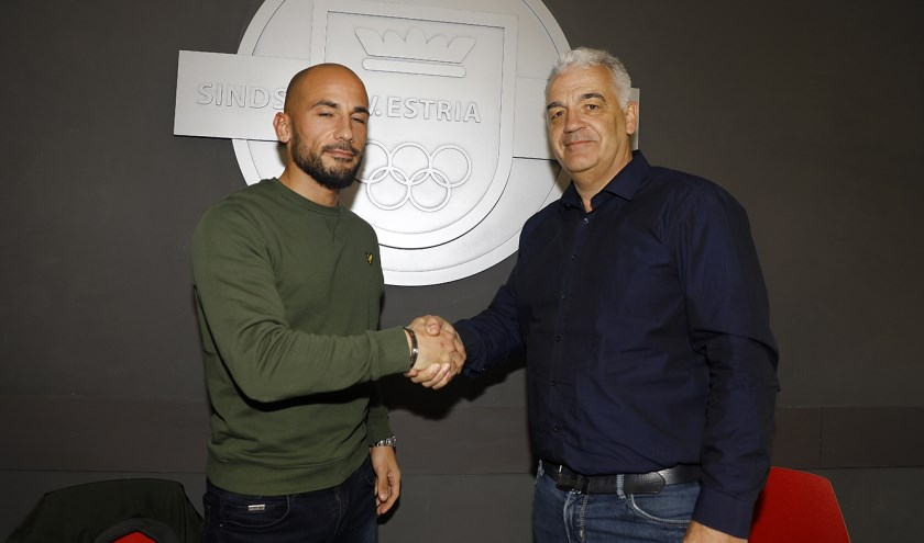 Angelo Simone (links) is de nieuwe trainer van Estria.