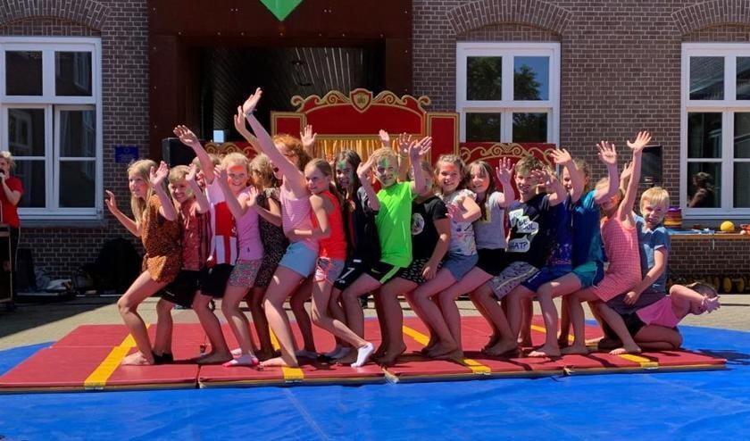 Kinderen van de Edith Steins Basisschool in Zijtaart maken plezier op de speciale circusdag.