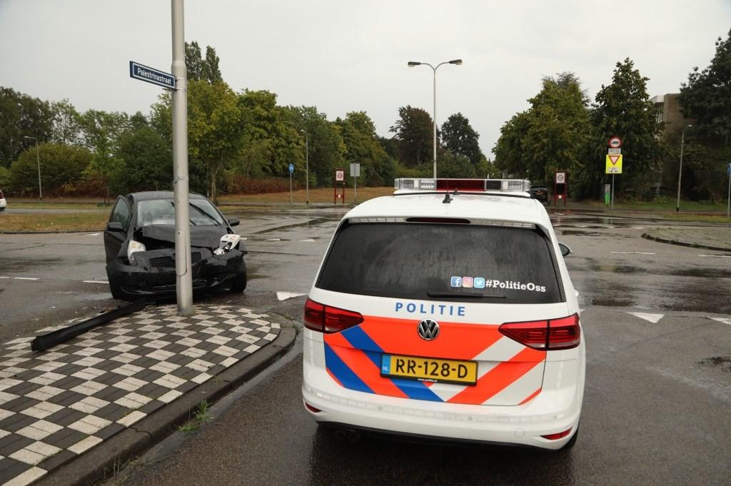 Voertuigen botsen op kruising Euterpelaan. (Foto: Gabor Heeres / Foto Mallo)  © 112 Brabantnieuws