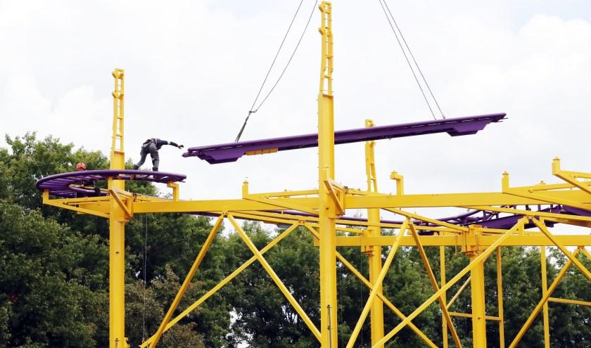 De opbouw van de achtbaan van de Osse kermis.