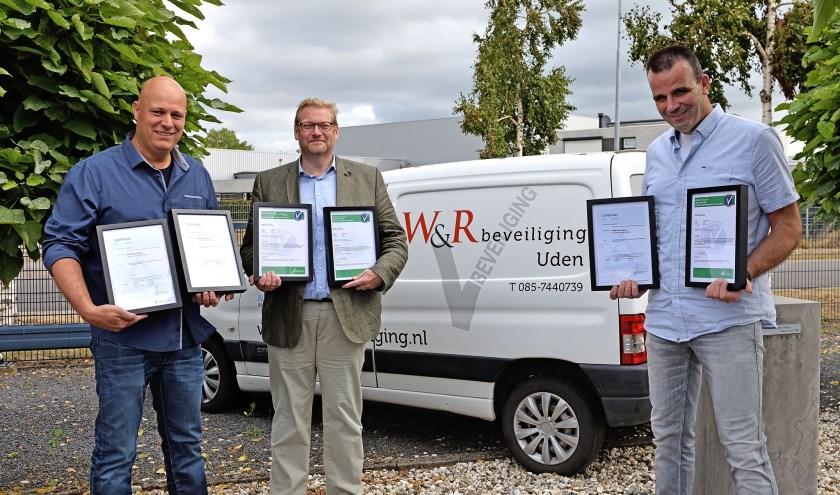 Oud-minister Ard van der Steur reikte certificaten en keurmerken uit aan Willem Rutten en Sander van der Walle van W&R beveiliging.