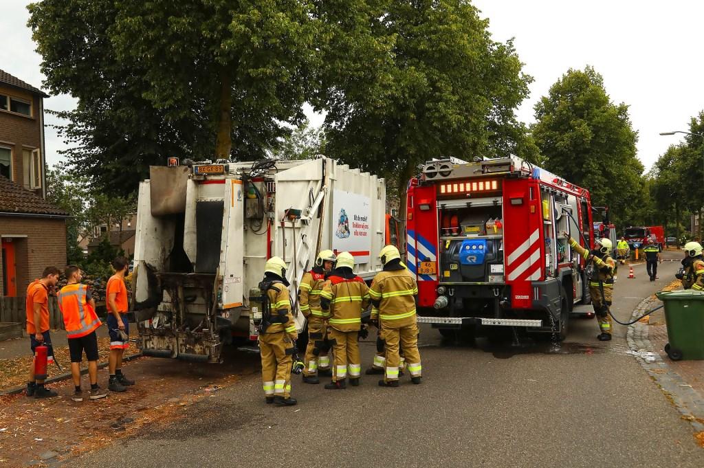 Vuilniswagen in brand in Heesch. (Foto:  Gabor Heeres / Foto Mallo)  © 112 Brabantnieuws