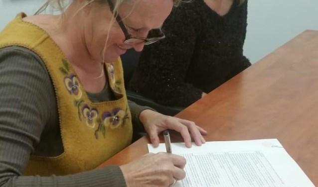Voorzitter Mieke Kraan ondertekent oprichtingsakte Koor Fabulous! met secretaris Marion Uittenbogaart