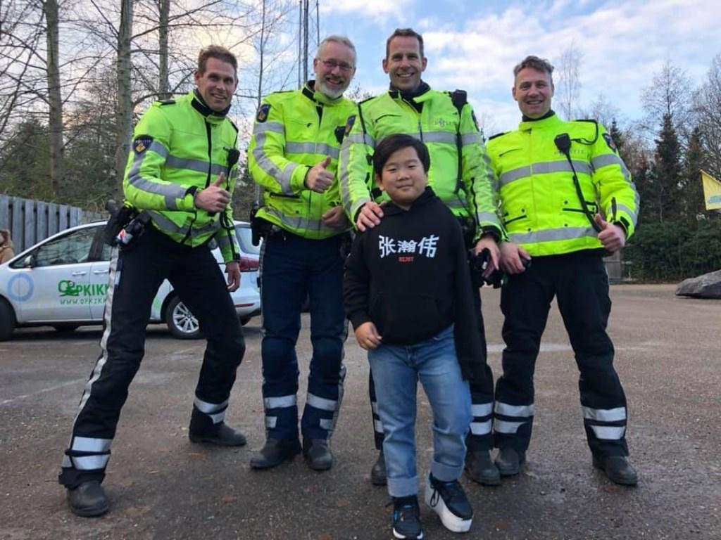 Hong Jie samen met politie  © Graficelly B.V.