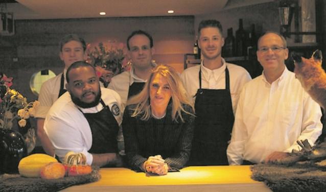 Het team van restaurant 't Vaantje, met tweede van rechts Daryl Rosengarten