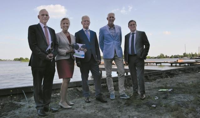 De wethouders van het nieuwe college: Kees Oskam, Inge Nieuwenhuizen, Dirk-Jan Knol, Robèrt Smits en Jan Leendert van den Heuvel