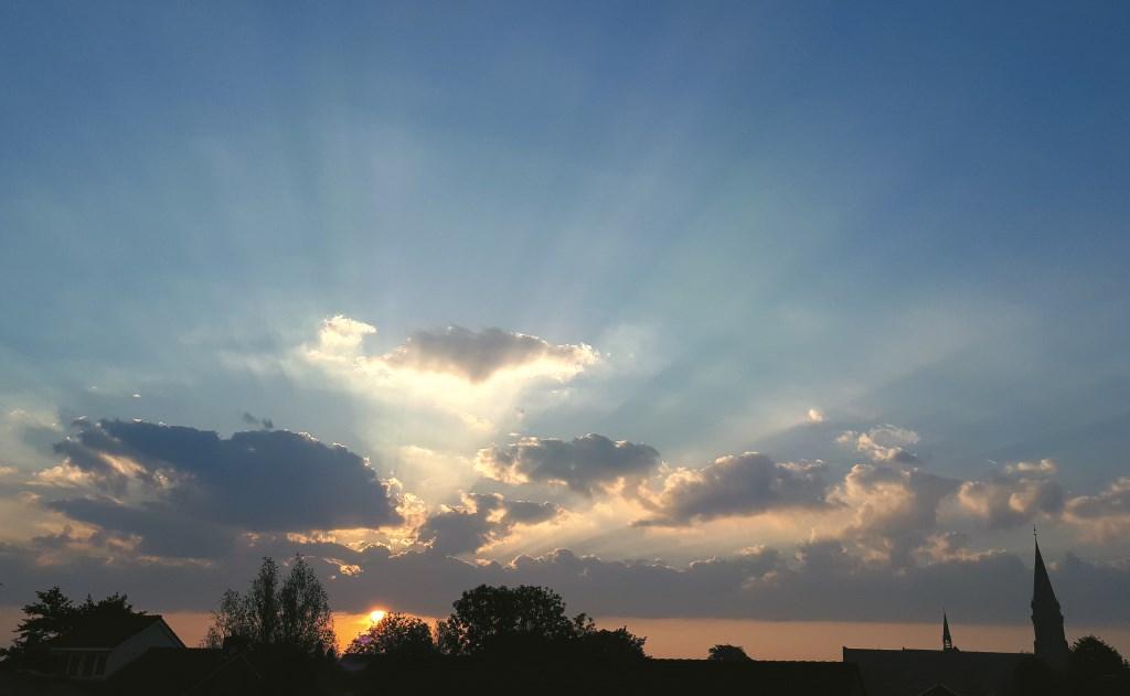 Prachtige zonsopkomst met de skyline van Reeuwijk-Dorp… Beeld: Chris de Heij  © Graficelly B.V.