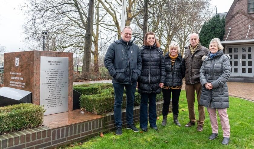 De nazaten van Aris Terlouw, bij het monument op de begraafplaats Vredehof te Bodegraven, met v.l.n.r. Bert Terlouw, Marianne Doornekamp-Terlouw, Rinie Terlouw-Deen, Ben Terlouw en Elly Terlouw-Hordijk