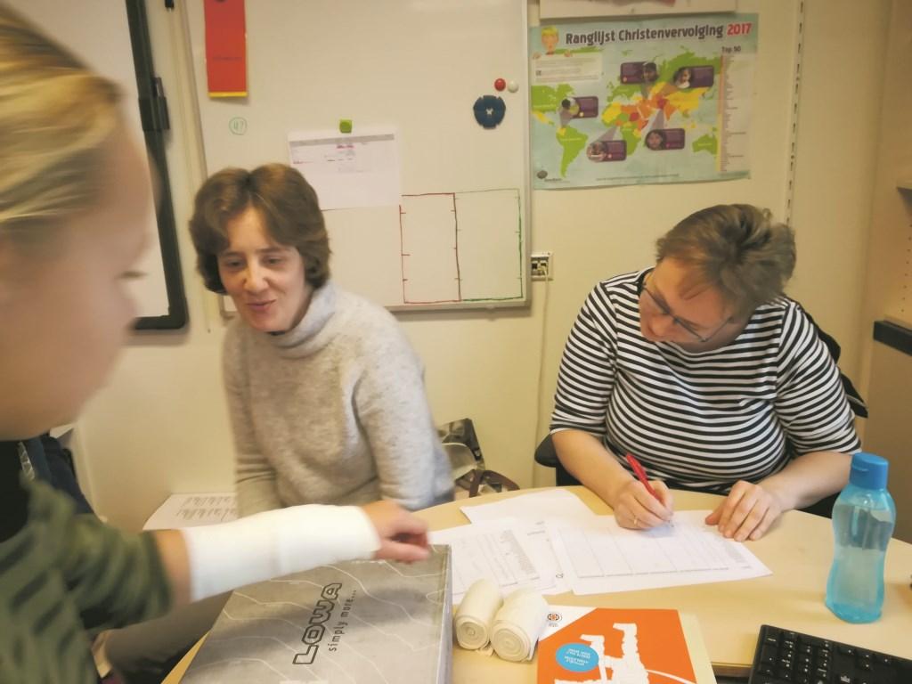 Irene de Kramer en Marijke Neeleman hebben met hun fantastische EHBO-lessen er mede voor gezorgd dat alle leerlingen van groep 8 van basisschool De Lelie in Driebruggen zijn geslaagd! Beeld: Anita Verburg  © Graficelly B.V.