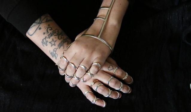 Handen met braces van Ramona