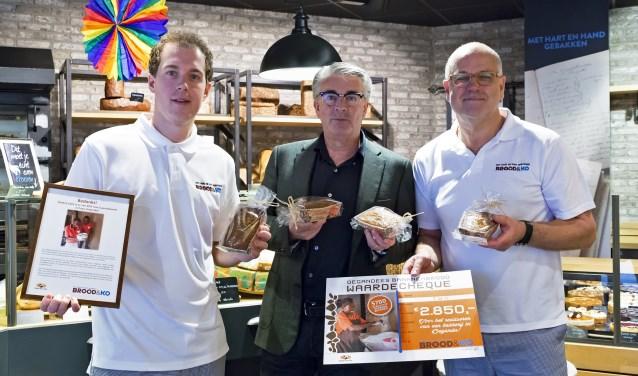 Stefan en Ko overhandigen de cheque aan Johan Pater van Bake for Live