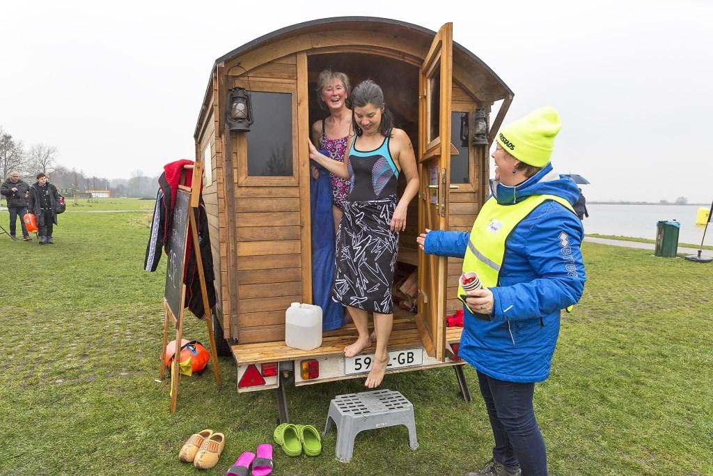 Opwarmen in de mobiele sauna Foto: Marijke Groot © Graficelly B.V.