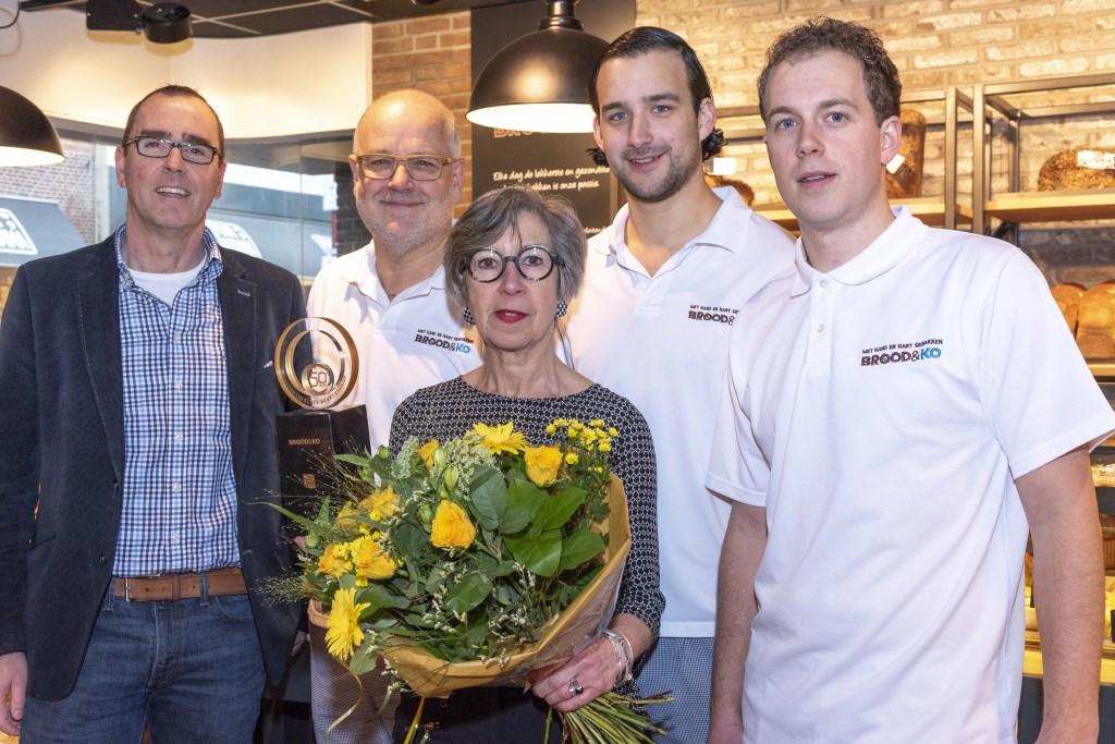 Overhandiging van de jubileumtrofee door Geert Caniels van stichting Echte Bakkersgilde aan de familie Van Daalen Foto: Esther Noordergraaf © Graficelly B.V.