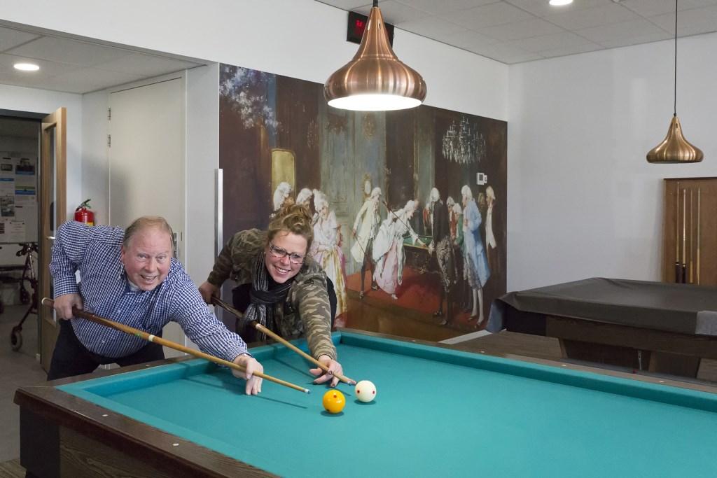 Annemiek Oskam geeft het goede voorbeeld: vrouwen zijn welkom bij de biljartclub in Rijngaarde Foto: Marijke Groot © Graficelly B.V.