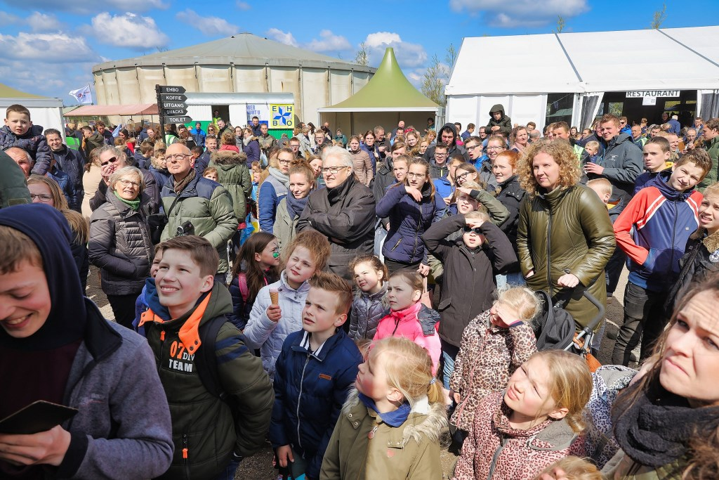 Grote belangstelling voor het kaalschren van Willem  © Graficelly B.V.