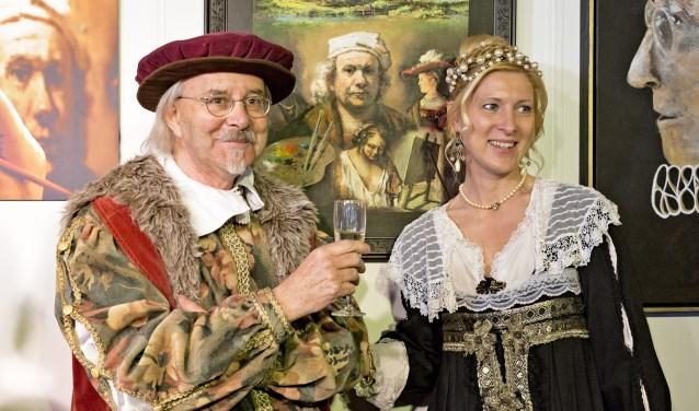 Harmen Kooistra en zijn dochter Saskia, gestoken in kledij uit de 17e eeuw, bij het kunstwerk van Harmen, één van de 15 tentoongestelde kunstwerken